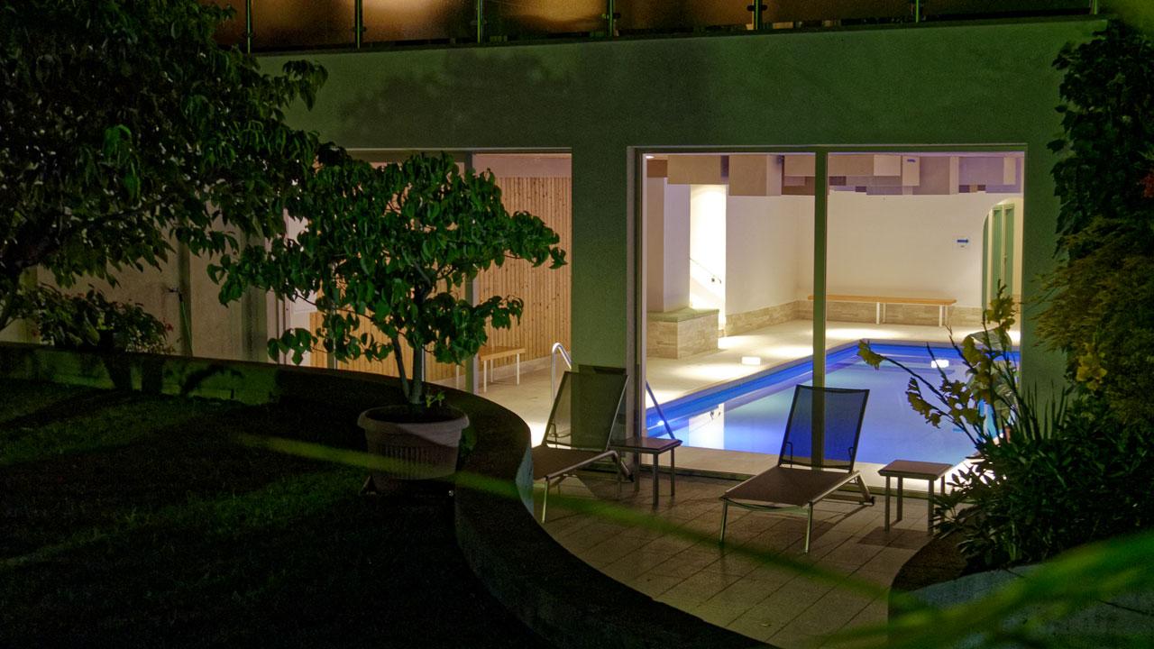 indoorpool-aussen-night.jpg